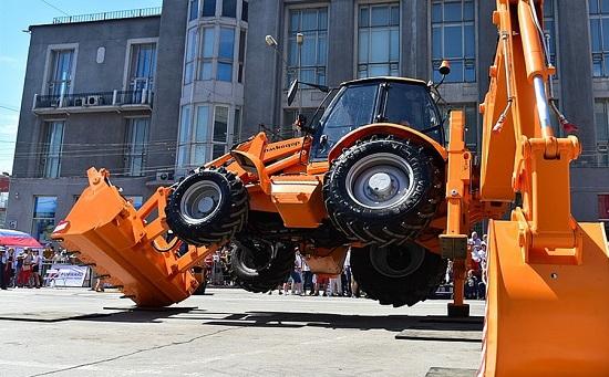 МТЗ и МАЗ поздравили Новосибирск
