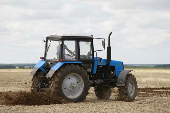 обзор трактора мтз 100 - машина на поле